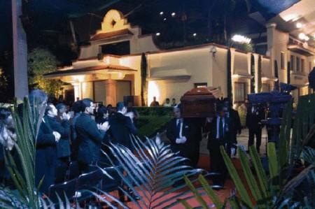Inicia arribo de actores a misa en honor a Chespirito