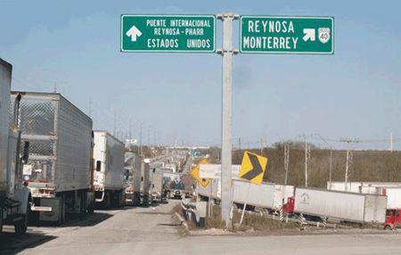 Circulan 12 mil camiones de carga por carreteras de la frontera; video