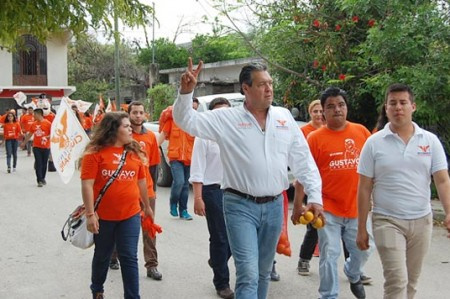 Gustavo Cárdenas recorre calles bajo la lluvia en busca del voto