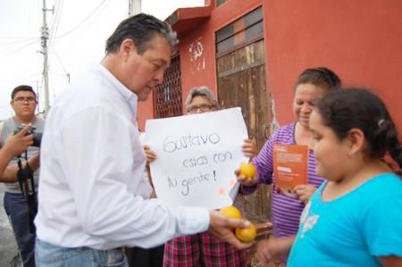 Gustavo Cárdenas camina y hace campaña