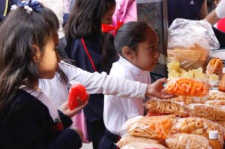 Pese a prohibición, 94% de escuelas venden chatarra
