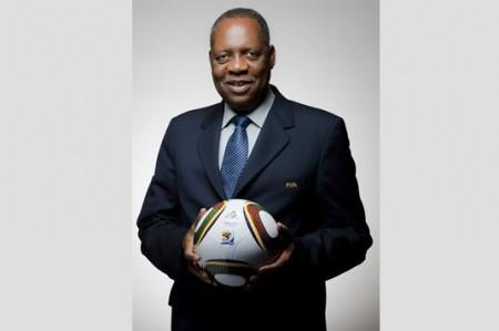Issa Hayatou toma cargo como presidente interino de FIFA