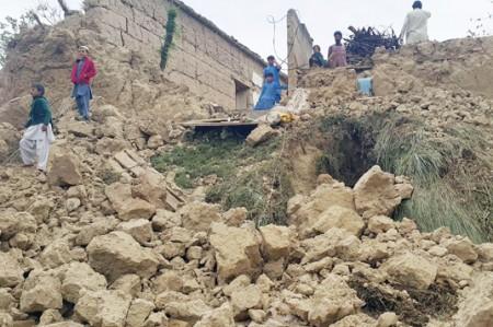 Suman 160 muertos por sismo en Pakistán