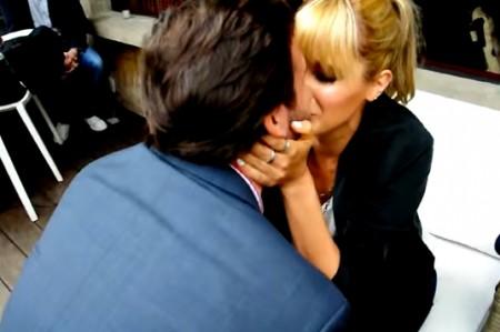 Le proponen matrimonio a Hanna del grupo Ha*Ash, en plena entrevista