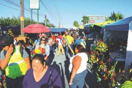 'Vivos' saturan panteones en la frontera por Día de Muertos
