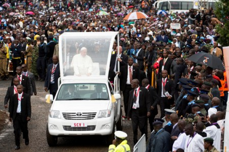 Papa llama en África luchar contra extremismo