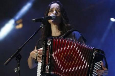 Julieta Venegas invita a la reflexión en el Vive Latino