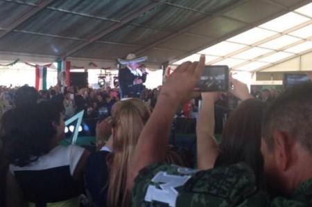 Agasaja Vicente Fernández a soldados en su día