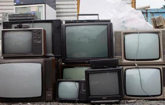 Alertan por daño ecológico en reciclaje de televisiones antiguas