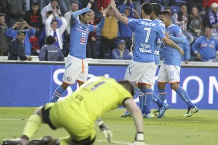 Cruz Azul vuelve a ganar de local; vence 2-1 al Querétaro