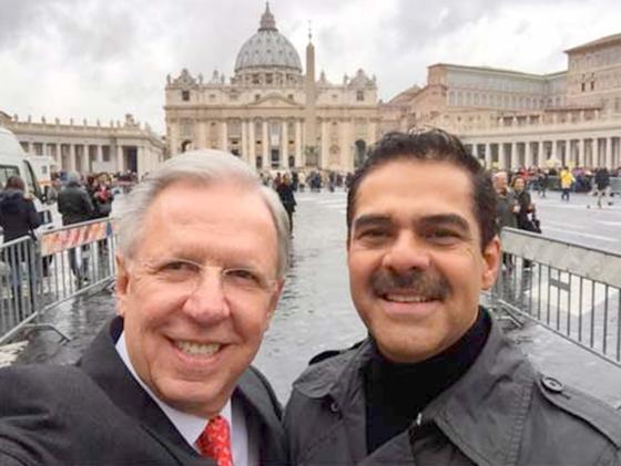 Dóriga y Alatorre causan polémica por foto en El Vaticano