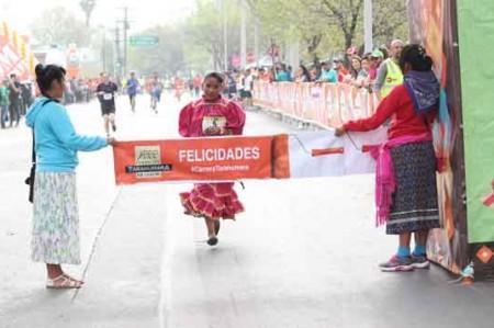 En huaraches corren tarahumaras en Nuevo León