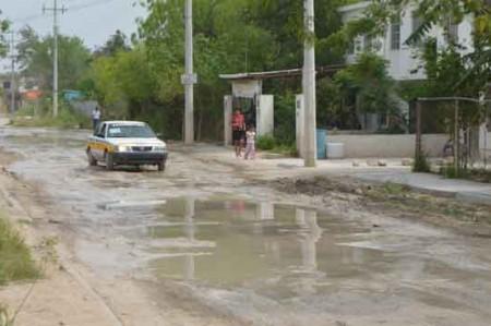Calles del Fraccionamiento Reynosa están llenas de lodo