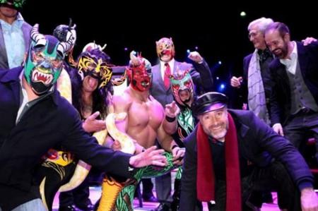 Develan placa de 'La Dama de Negro' en la Arena México