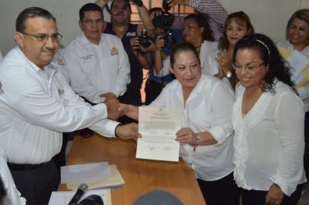 Delia y Carlos Solís solicitan su registro