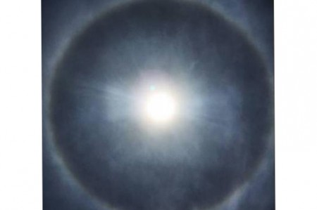 Halo solar se deja ver aun con contaminación