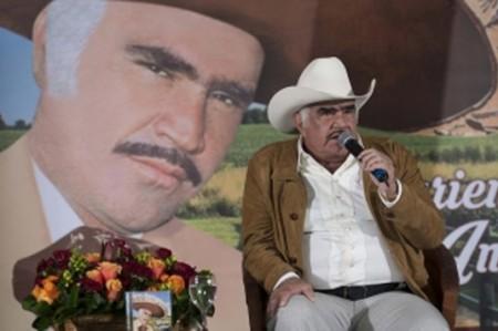 Vicente Fernández estuvo delicado de salud