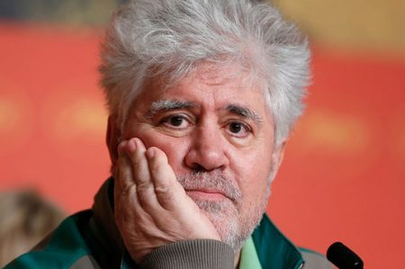 Pedro Almodóvar hace de la playa un cine en Cannes