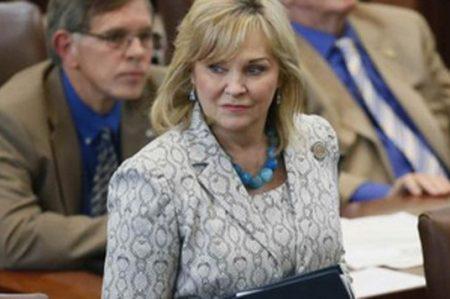 Gobernadora de Oklahoma veta iniciativa para prohibir el aborto