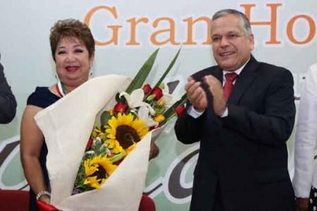 Gustavo Torres entrega medalla 'Lauro Aguirre' a la profesora Martha Barroso
