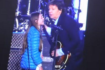 Niña argentina cumple su sueño al tocar con Paul McCartney; video
