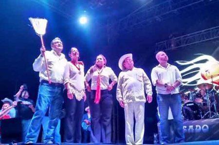 Tavo Cárdenas lleva al grupo Pesado a colonia Lampacitos
