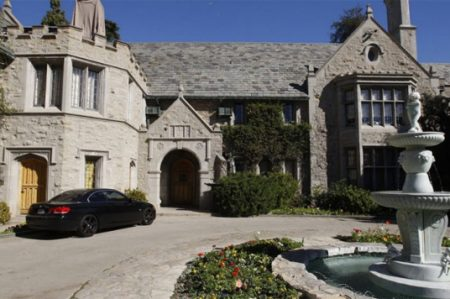 Hugh Hefner vende mansión de 'Playboy' a Twinkie