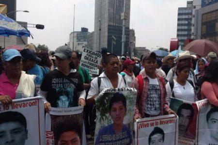 Marchan padres de los 43 hacia la PGR