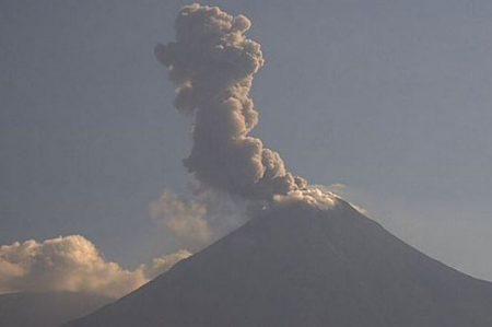 Volcán Popocatépetl emite fumarola de mil 500 metros