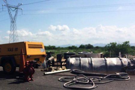 Vuelca pipa con combustible en carretera a Nogales