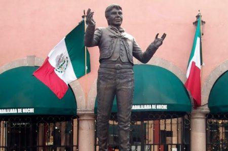 Marchan fanáticos de Juan Gabriel hacia Garibaldi