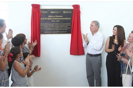 Develan placa de la alberca olímpica 'José de Jesús Robinson González'