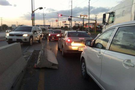 Dique obstruye carril en libramiento Monterrey-Matamoros