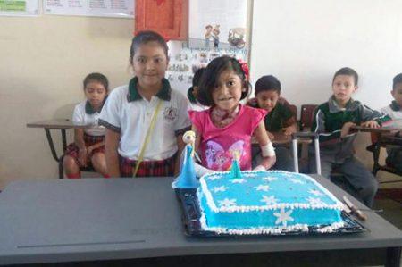 Festejan cumpleaños a niña con 'piel de mariposa'