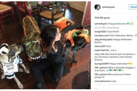 Salma Hayek celebra Halloween junto a sus mascotas