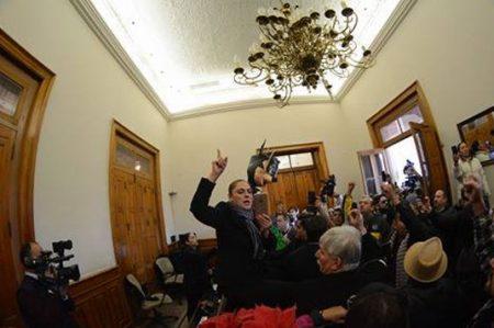 'Toman' Palacio de Gobierno y Congreso local en protesta por impuestos