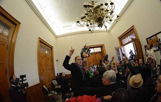 Ciudadanos toman el Palacio de Gobierno de Nuevo León