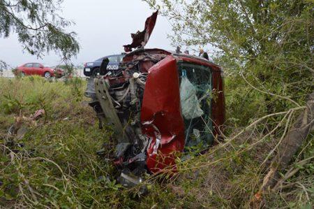 Resulta con lesiones leves tras volcar su automóvil