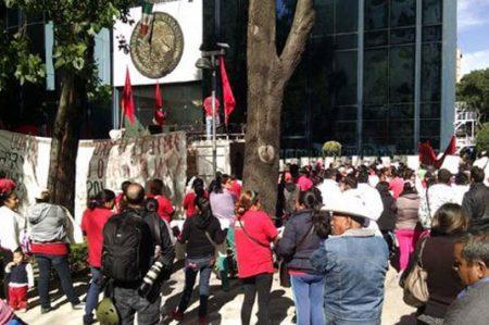 En protesta por Ayotzinapa, realizan pintas en sede de PGR