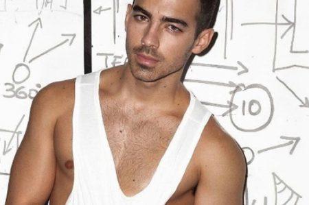 Joe Jonas posa en ropa interior para campaña