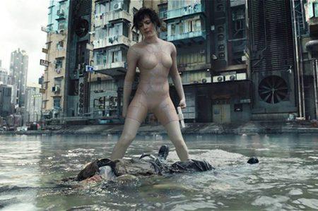Johansson es una sexy cyborg asesina