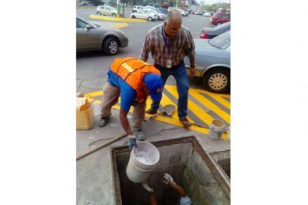 Clausuran descargas ilegales al drenaje en Monterrey