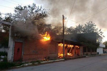 Incendio en casa abandonada provoca pánico en vecinos