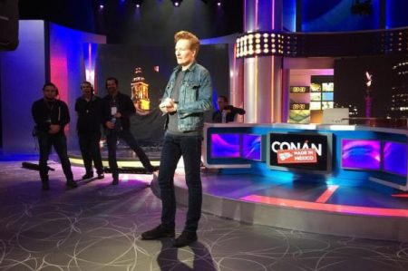 Conan O'Brien hace chistes en español y habla con Diego Luna