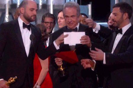 Culpable de error en los Oscar se la pasó tuiteando