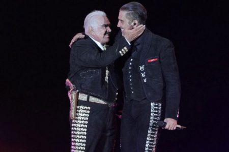 'El Potrillo' le canta 'Las Mañanitas' a Vicente Fernández