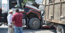 Conductor se salva de morir prensado en camión