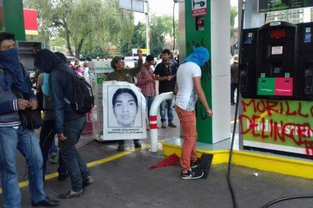Encapuchados vandalizan gasolinera en protesta por Ayotzinapa
