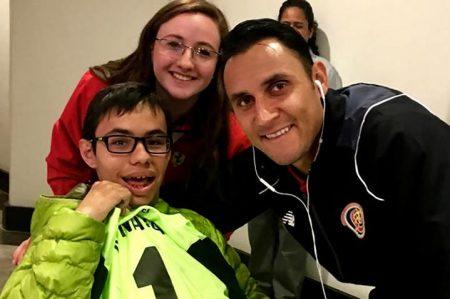 Keylor Navas le regaló su playera a niño mexicano