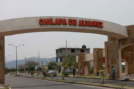 Descubren tres cuerpos calcinados dentro de un carro en Chilapa